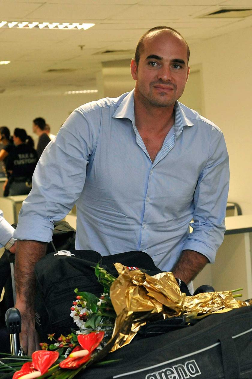 Benedek Tibor, a barcelonai vizes világbajnokságon aranyérmet szerzett férfivízilabda-válogatott szövetségi kapitánya megérkezik a budapesti Liszt Ferenc repülőtér utasvárójába 2013. augusztus 4-én.