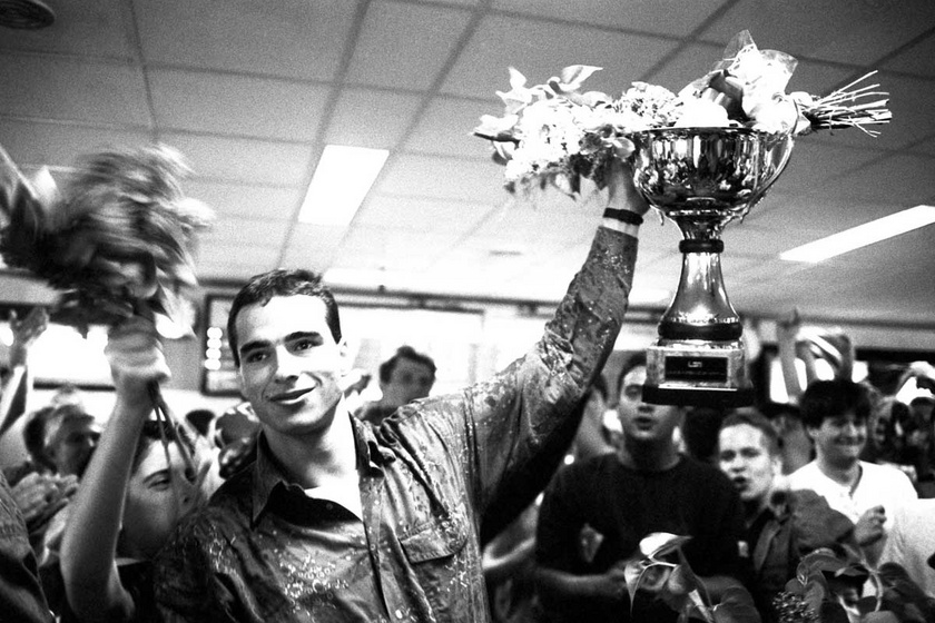 Hazaérkezett az UTE vízilabdacsapata, miután 1994. április 30-án a Szuperkupa döntőjében legyőzték az olasz Pescara csapatát. A képen Benedek Tibor a kupával.