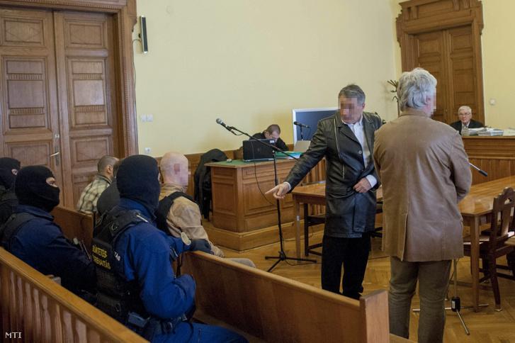 Drobilich Gábor (jobbról második) tanúként Jozef Rohác tárgyalásán 2014. február 18-án