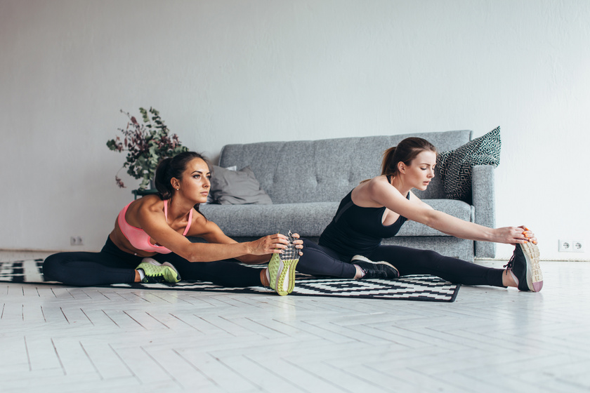 Már a bemelegítésnél elkezdődik a láb feszesítése, fontos, hogy a lábad és a hátad is a lehető legegyenesebben álljon, és próbáld a talpad felé húzni magad. Ha először nem éred el a lábfejed, nyújts csak addig, amíg bírod, és szép fokozatosan próbálj minél messzebbre nyújtózkodni.