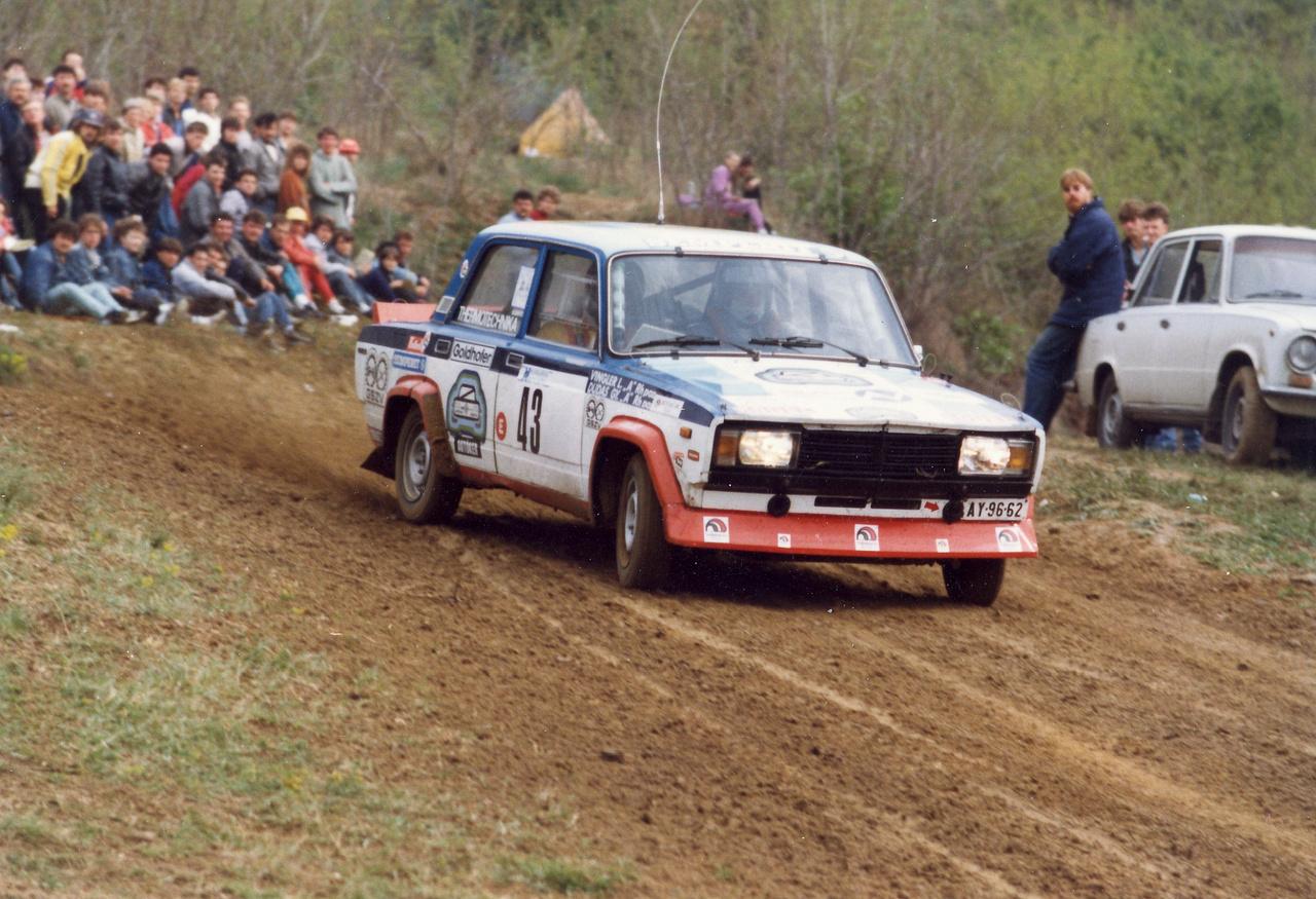 Dudás Gyulát talán Kiskokó néven többen ismerik, ezen a képen a navigátora Vingler László. Kiskokó számtalan versenyen ment VFTS-sel, a rendszerváltás után Nissan Summy GTI-R-be ült át, majd Lancia Deltával csapatta tovább