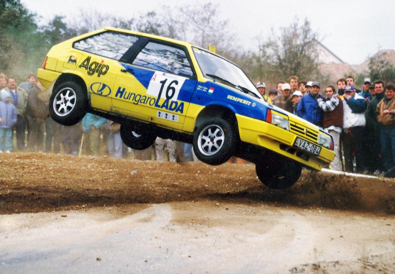 Kiss Attila és Végh Zoltán a Kisbér Ralin, '94-ben. A KGST megszűnése után lett még itthoni importőre a márkának. A Hungarolada, amely ekkor még sok autót adott el, majd a'90-es évek második felében zuhanórepülésbe váltott, és 2010-ig agonizált, majd megszűnt