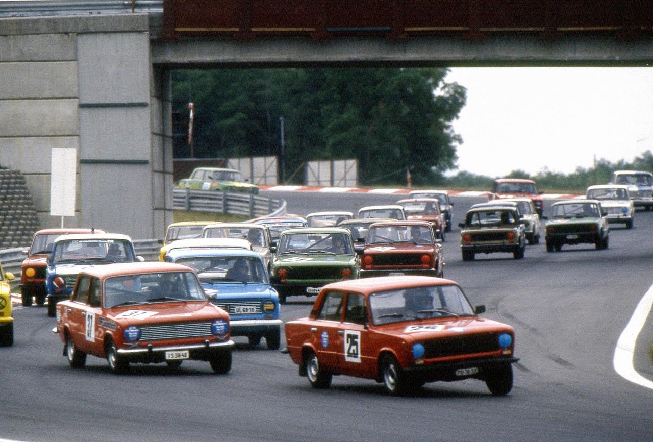Amatőr Lada-kupa tehetségkutató verseny a Hungaroringen. Az autók teljesen szériaszerűek voltak, a bukócső beépítését leszámítva