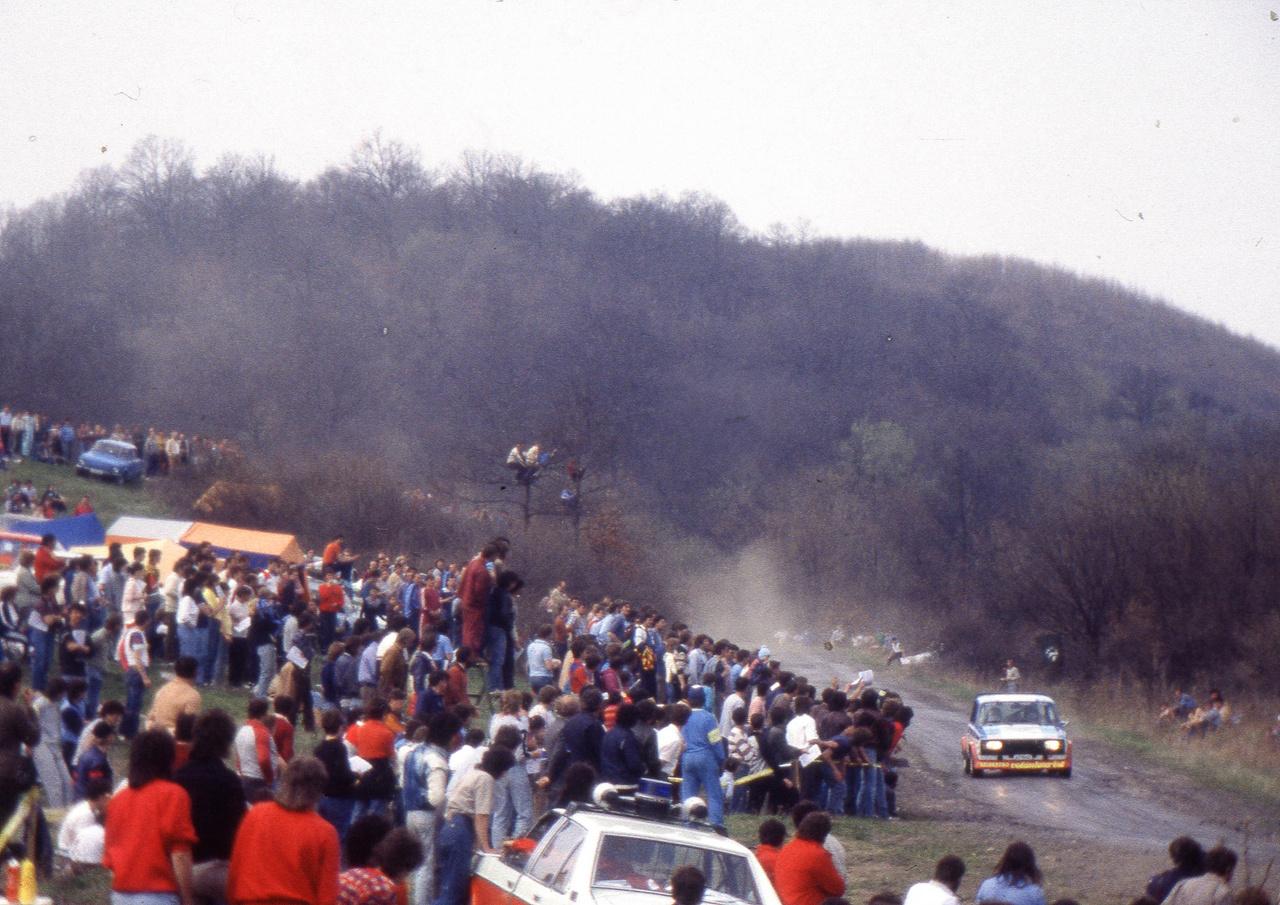 Az 1984-es Salgó Rali – legendás verseny, iszonyat sok nézővel. Ez a kazári gyors
