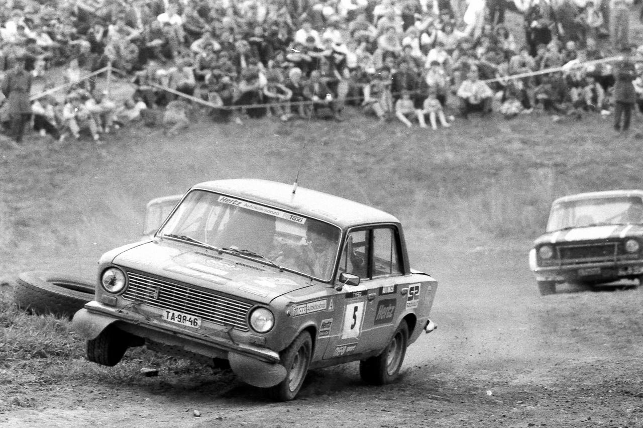 Ralikrossz Szombathelyen: a versenyt nyerő Lada valójában egy gruppe 2, 1600-as, Weber 40-es karburátorral 120-130 lóerővel, sperrel, de széria váltóval. A pilóta, Szabados Lajos még az is megmondta emlékezetből, hogy Uniroyal Rally 185/60x13-as gumival volt felszerelve - és jó rajtjának köszönheti a győzelmet
