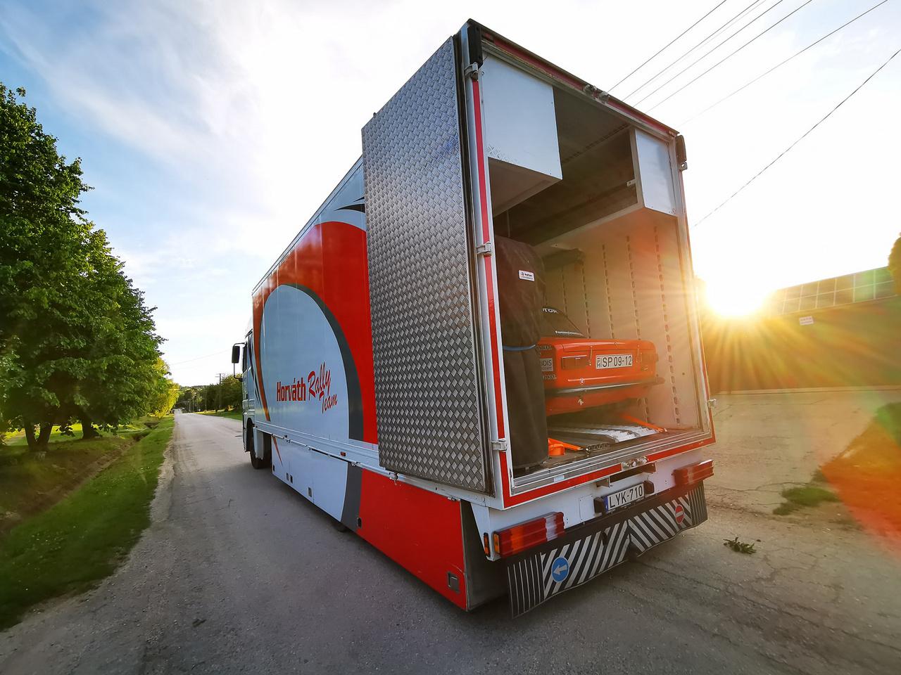 Ritkán láthatunk Ladát egy ilyen kamionban, de meg kell hagyni, ritka szép látvány is. A Horváth Rally Team megadta a módját! Méltó környezet az egyes rajtszámot viselő versenyautónak.
