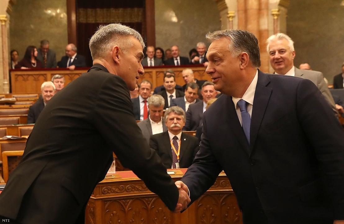 Orbán Viktor miniszterelnök gratulál Senyei György Barnának az Országos Bírósági Hivatal megválasztott új elnökének eskütétele után az Országgyűlés plenáris ülésén 2019. december 10-én.