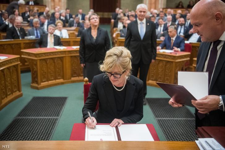 Handó Tünde az Országos Bírósági Hivatal elnöke megválasztott alkotmánybíró aláírja megbízólevelét az Országgyűlés plenáris ülésén 2019. november 4-én.