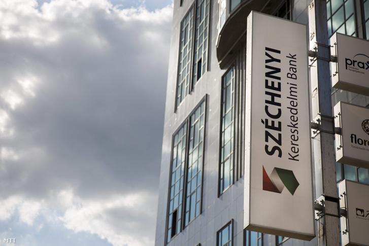 A Széchenyi Kereskedelmi Bank Zrt. cégtáblája a bank budapesti székháza előtt 2013. július 1-jén.