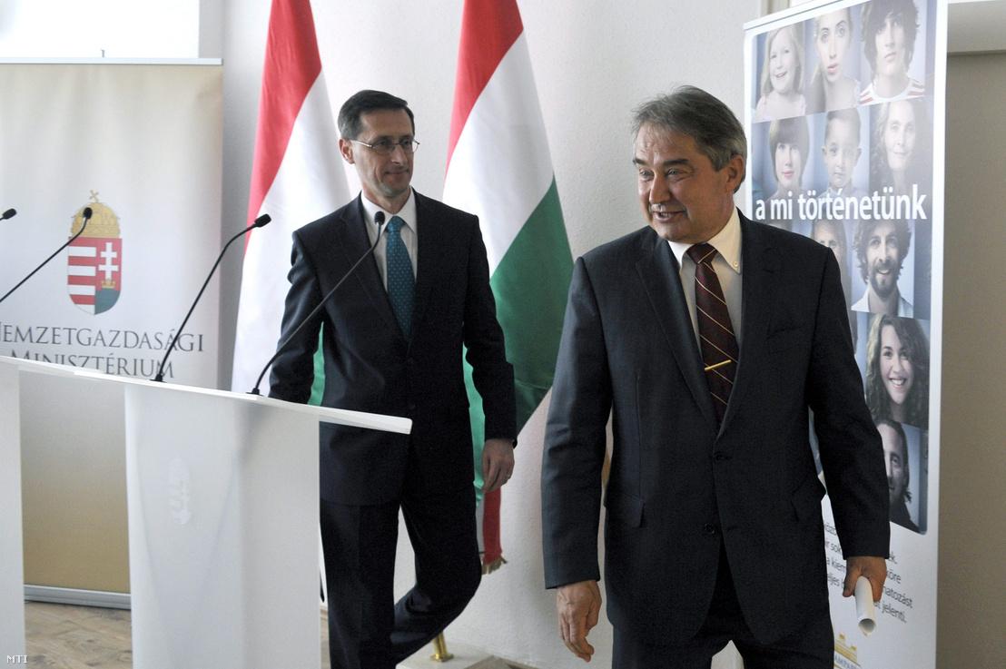 Varga Mihály és Töröcskei István távoznak az egyeztetésüket követően tartott sajtótájékoztatójukról az ÁKK budapesti székházában 2013. április 15-én.