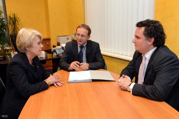 Deák Klára, Szakács Tibor és Lakatos Zsolt a Széchenyi Kereskedelmi Bank Zrt. budapesti székházában 2012. november 19-én.