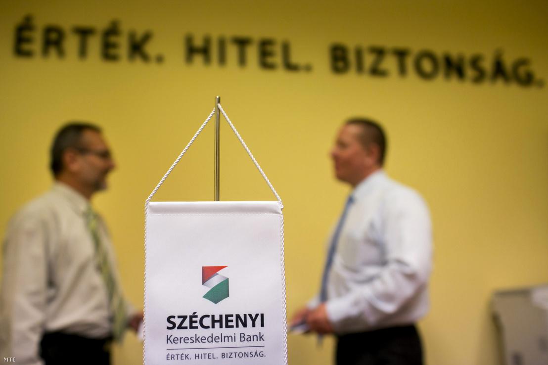 A Széchenyi Kereskedelmi Bank Zrt. alkalmazottai beszélgetnek a bank budapesti székházában 2013. július 1-jén.