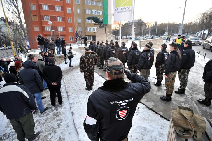 A Magyar Nemzeti Gárda tagjai a budavári kitörési kísérletre emlékeznek az általuk becsület napjának nevezett eseményen Budapesten a XII. kerületi Turul szobornál 2012. február 12-én
