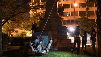 Ledöntötték a tüntetők egy konföderációs tábornok szobrát Washingtonban