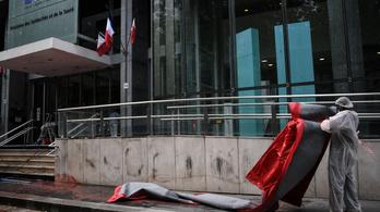 Piros festékkel kentek össze egy francia minisztériumi épületet