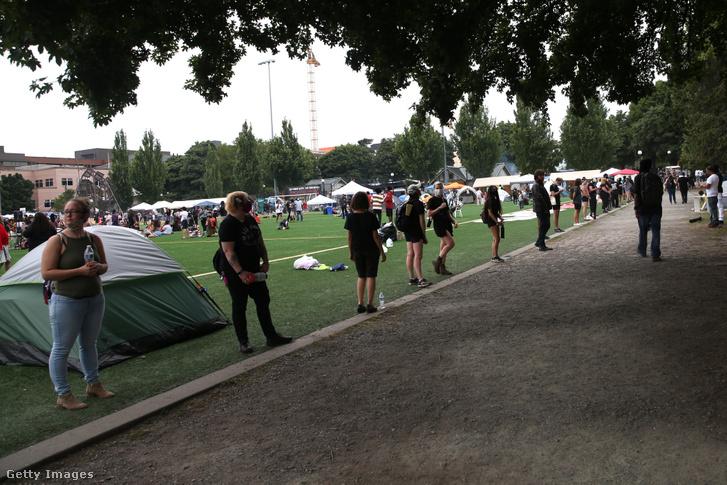 Feketébe öltözött koordinátorok biztonsági okokból csak fekete tüntetőket engednek be a CHOP területére.