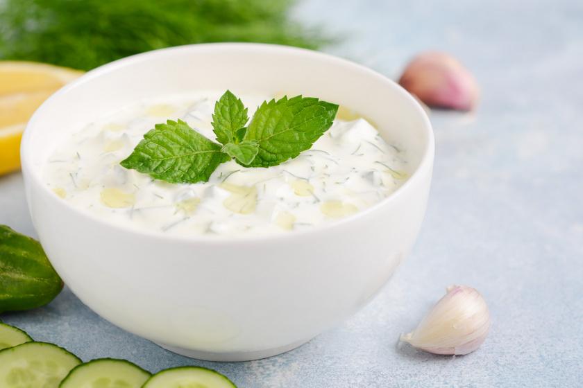 Görög joghurtos uborkasaláta sok fokhagymával: a híres tzatziki behűtve a legjobb