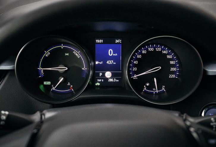 A Corolla digitális óracsoportja ide nem érkezett meg, a mutatós műszerek viszont világosak, érthetők