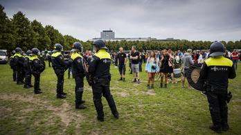 Több ezren tüntettek a koronavírus-ellenes intézkedések miatt Hágában