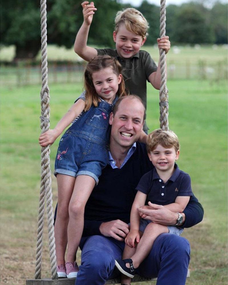 Ezt az imádni való fotót készítette Katalin a jeles napon, a fiúk édesen mosolyognak, Charlotte pedig cukin öleli apukáját.