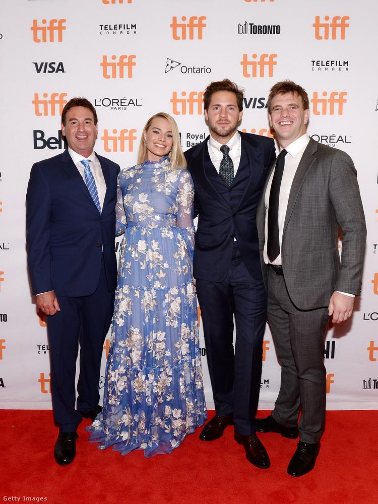 Ackerleyt a képen Margot Robbie jobb oldalán láthatja, jobbról a második férfi a fotón