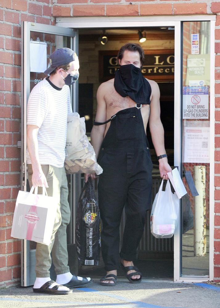Margot Robbie férje, Tom Ackerley kreatívan oldotta meg, hogy nem volt nála szájmaszk, amikor be akart vásárolni a barbecue-záshoz