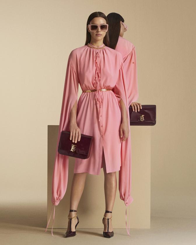 Irina Shayk itt még igencsak elegánsan, földig érő babarózsaszín ruhában hirdeti, hogy talán még nyár van, de előbb utóbb beköszönt majd az ősz is, szóval ideje vásárolni.
