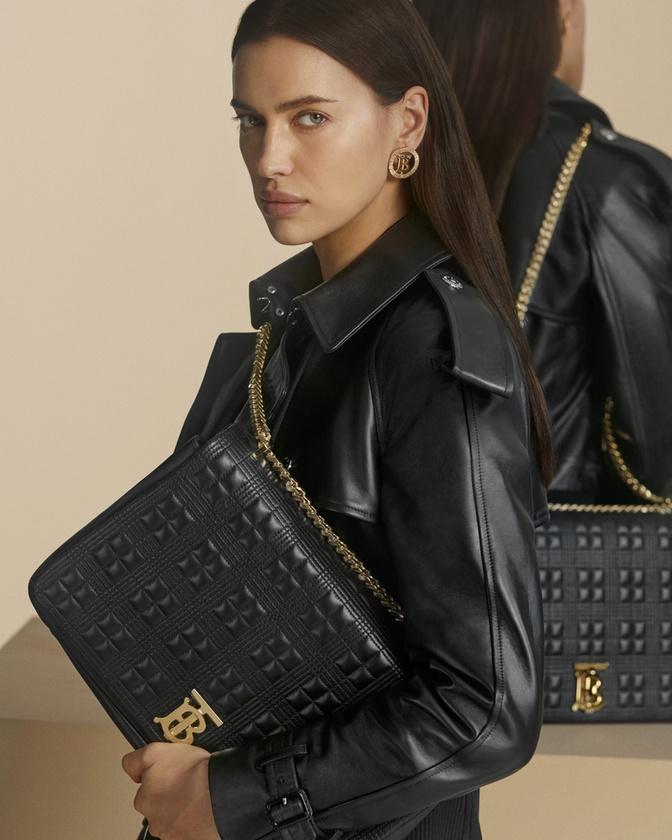 Irina Shayk széles mosolya pedig talán elterelné a figyelmet erről a vagány bőrkabátról, és a hozzá illő táskáról.