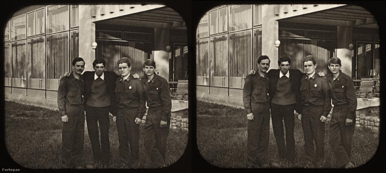 A képpár Székesfehérváron, 1968. tavaszán készült. Balról a második fiatalember Palatinus József, aki ekkor szerelt le a Néphadseregtől, továbbszolgáló társaival állt be egy közös képre egy helyi étterem teraszánál. (A fotó nem odalhelyes.)