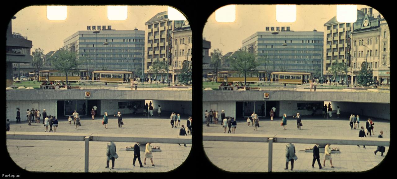 """A Keleti pályaudvar előtti nyitott aluljáró a Baross téren, az itt vezető vágányhurkon fordultak meg a Rákóczi úton Buda felől jövő villamosok. Bal szélen látható a közlekedési vállalat """"irányítótornya"""", amit a 4-es metró építésekor, a tér átalakításakor bontottak le."""