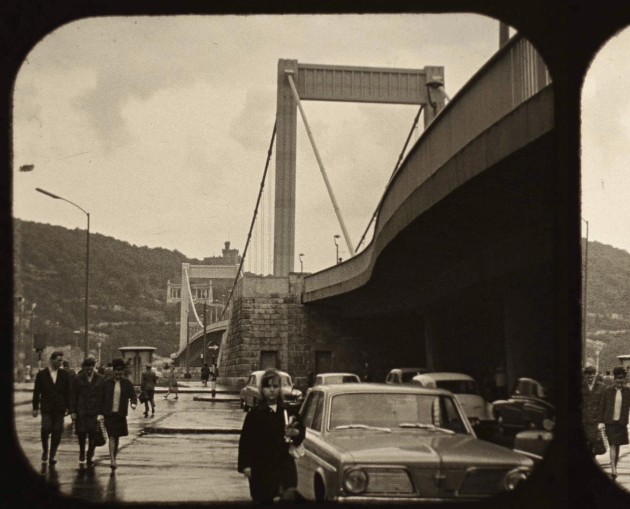 Parkoló az eső áztatta Erzsébet híd alatt. A kép előterében egy 1966-os Plymouth Valiant.