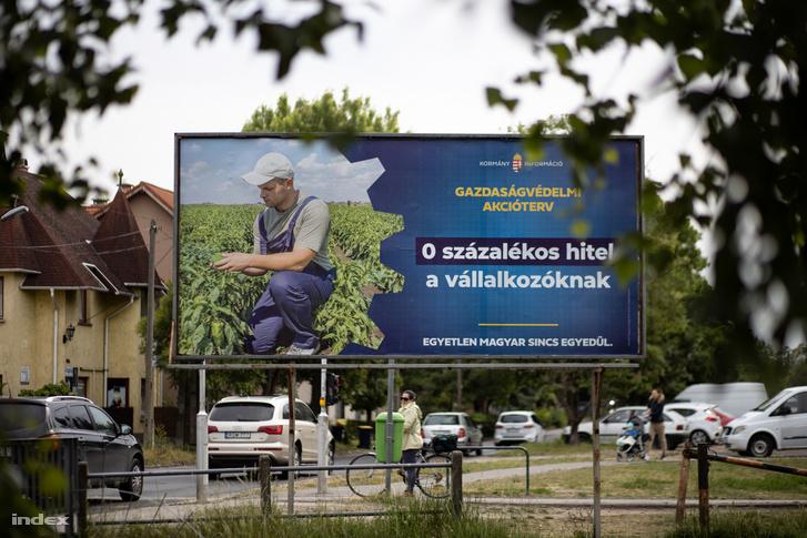 A kormány egyik gazdaságvédelmi akcióterv plakátja Budapesten