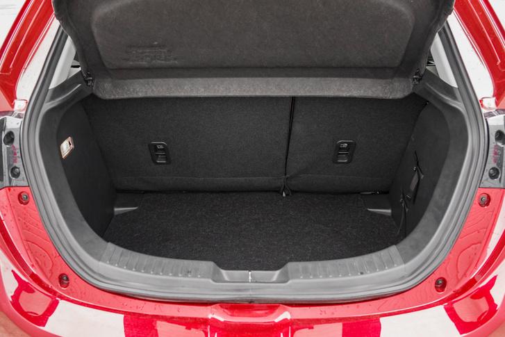 A csomagtartó 280 literes, két közepes méretű bőröndöt akár még be is lehet préselni