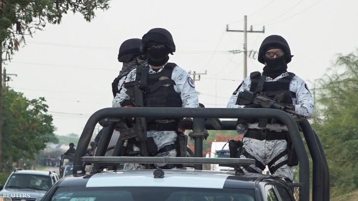 A mexikói nemzeti őrség tagjai járőröznek a gyilkosság után San Mateo del Marban 2020. június 22-én