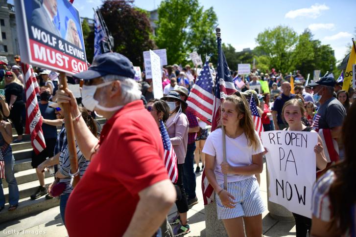 Koronavírus-járvány miatti bezárások megszüntetése miatt tüntetők Harrisburgben 2020. május 15-én