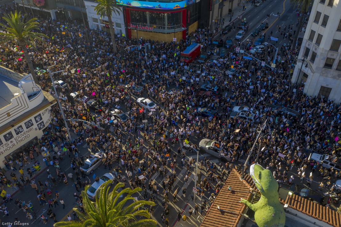 George Floyd halála miatti Black Lives Matter tüntetésen résztvevők Los Angelesben 2020. június 7-én