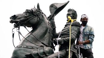 Tüntetők le akarták dönteni egy korábbi elnök szobrát a Fehér Háznál