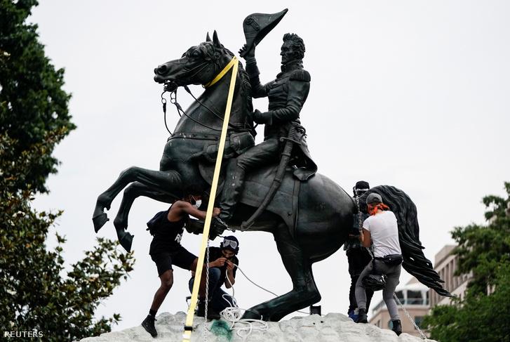 Tüntetők próbálják meg ledönteni Andrew Jackson szobrát a Fehér Ház előtt 2020. június 22-én