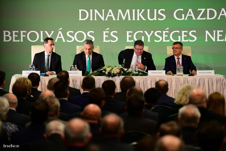 Balról-jobbra: Varga Mihály, Orbán Viktor, Parragh László és Matolcsy György a kamara gazdasági évnyitóján a budapesti New York Palace szállodában 2019. február 27-én