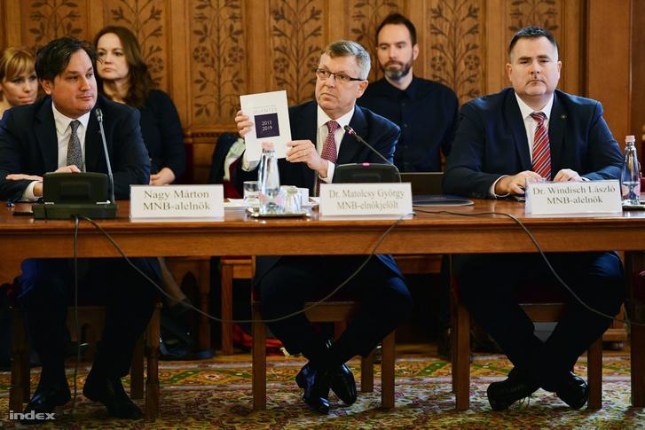 A Magyar Nemzeti Bank elnöki tisztségére újrajelölt Matolcsy György (középen) kinevezés előtti meghallgatásán az Országház Tisza Kálmán-termében 2019. február 26-án. Tőle balra Nagy Márton, jobbra Windisch László.