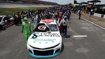 Látványos gesztussal álltak ki az akasztással megfenyegetett fekete NASCAR-pilóta mellett