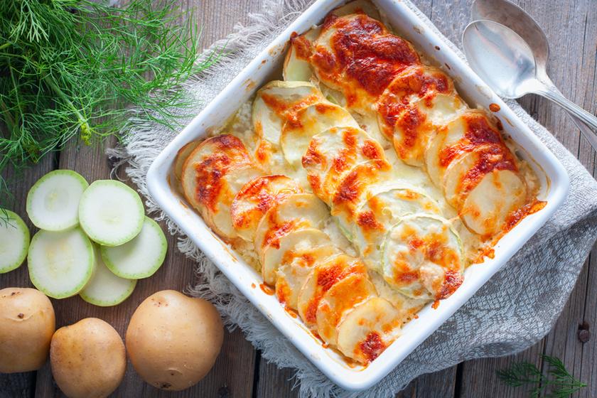 Szaftos rakott cukkini: a zamatos zöldség sok sajttal sül tökéletesre