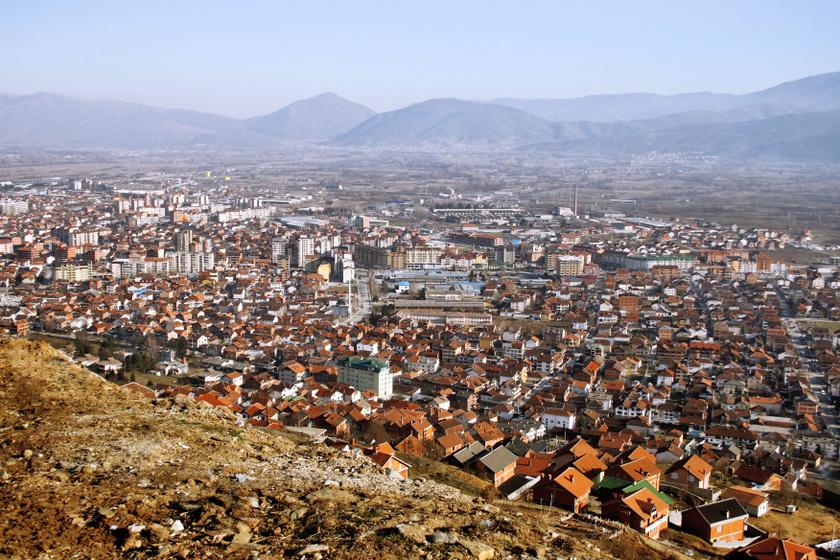 A lista legrosszabbja jelenleg az észak-macedón Tetovo városa, ahol a levegő és a víz szennyezettségéhez is hozzájárul az ipari működés, a lakosság egy része légzési zavarokkal küzd, de rendszerint a listákra kerül a főváros, Szkopje is, ahol időnként a tömegközlekedést is ingyenessé teszik a tehermentesítés érdekében.