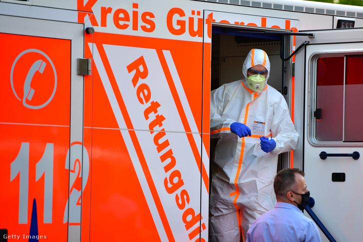Teljes védőfelszerelést viselő mentős a Tönnies húsipari társaságnál Güterslohban 2020. június 20-án