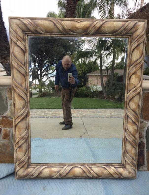 Bár nagyon szép a tükör, ez akár egy szelfinek is elmenne, olyan jól bepózolt a hirdető.