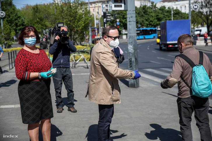 Gy. Németh Erzsébet a Fővárosi Közgyűlés tagja egészségügyi maszkot oszt a budapesti Deák Ferenc téren 2020. április 22-én.