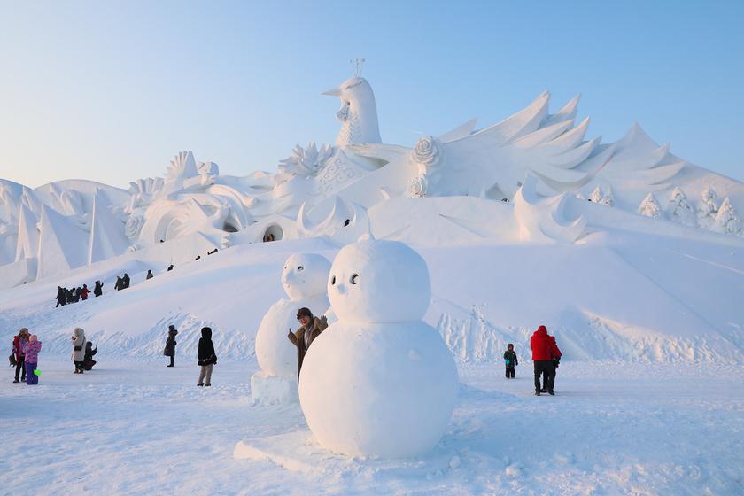 Harbinban már 1985 óta rendezik meg a jégszobrok fesztiválját minden januárban, azonban a hóból készült alkotások is ugyanúgy helyet kapnak. A kivitelezésük pedig lélegzetelállító.