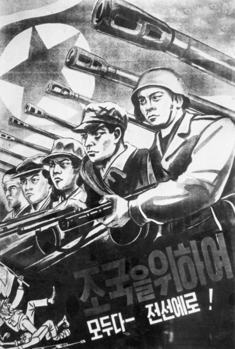 """""""Harcba mindenki, a hazáért!"""" – üzenik az eltökélt, tiszta tekintetű, dobtáras gépfegyvert markoló katonák ezen az észak-koreai plakáton, 1950 szeptemberéből."""