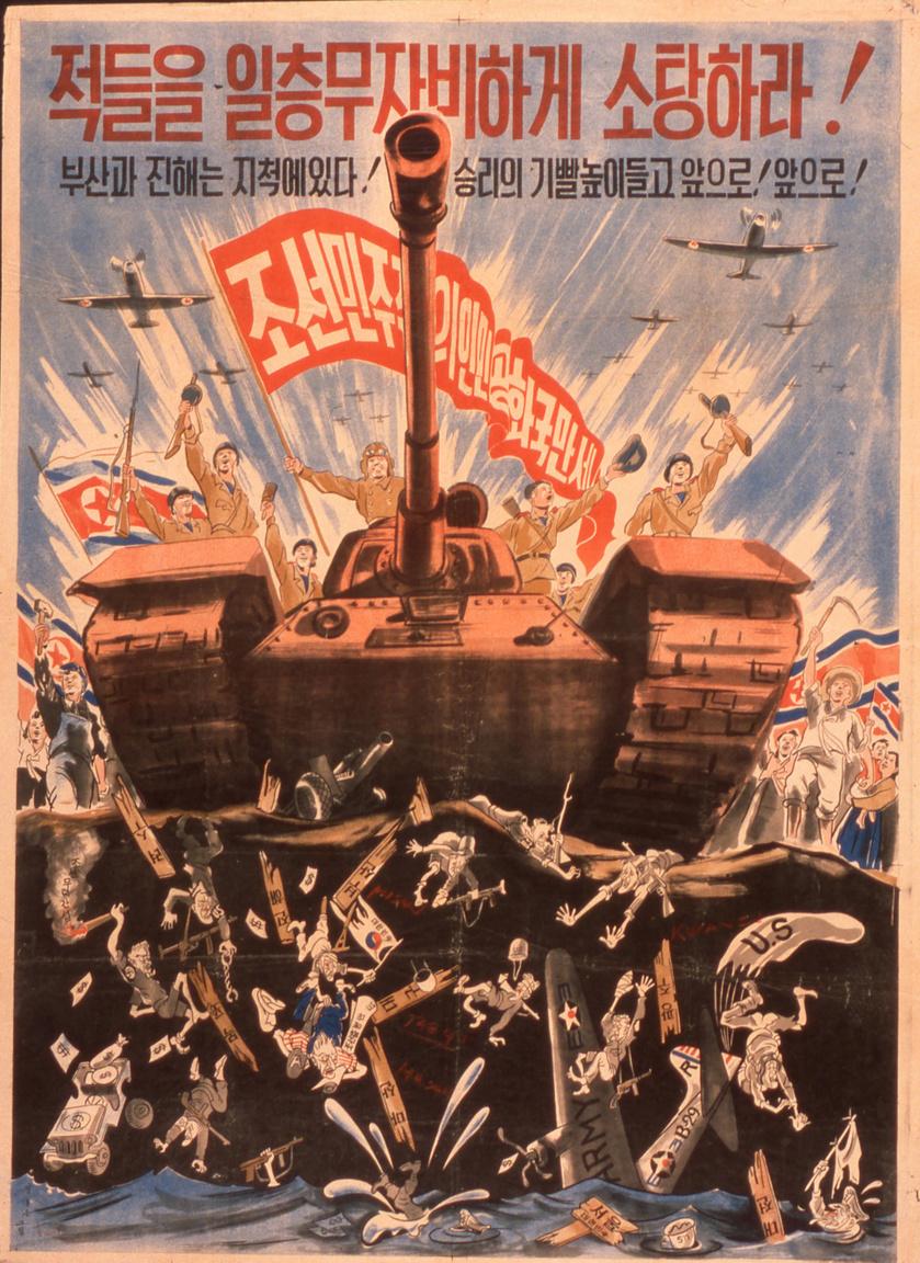 """Egy szokatlanul erőteljes és hatásos észak-koreai plakátkompozíció 1950 augusztusából, ami arra szólít fel minden koreait, hogy tegyen meg mindent a végső győzelemért. Visszatérő elem itt is a tengerbe beleűzött aprócska amerikaiak serege. """"Öld meg az összes ellenséget, kíméletlenül!"""", """"Emeld az egekbe győzedelmes lobogónkat és előre!"""" áll többek között a plakáton."""