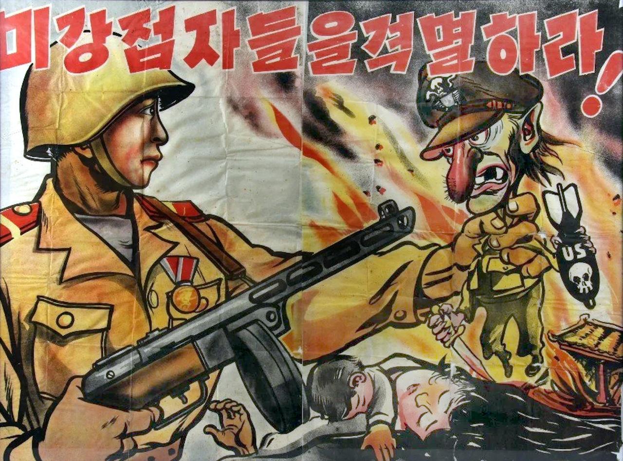 Észak-koreai propagandaplakát. A dobtáras gépfegyvert tartó jóvágású koreai katona egy elkorcsosult, gyilkos amerikai katonát készül bal kezével összeroppantani. Az amerikai gnóm érdekes módon kísértetiesen hasonlít a Motörhead megboldogult énekesére, Lemmy Kilmisterre.